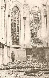 1914 la collégfiale détruite, les vitaux intact, à gauche le vitrail des arquebusiers